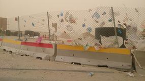 Plastikverschwendung auf Windfliegen lizenzfreies stockfoto