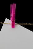 Plastikwäscheklammer, die Weißbuch auf einem Draht hält Lizenzfreie Stockfotos