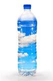 Plastikwasserflaschen auf weißem Hintergrund. Stockfotos