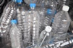 Plastikwasserflaschen im Abfallhaufen Stockbild