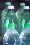 Plastikwasserflaschen im Fensterlicht Lizenzfreies Stockfoto