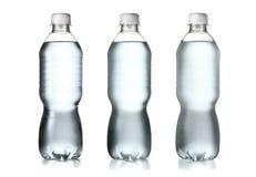Plastikwasserflaschen lokalisiert auf weißem Hintergrund Stockbilder