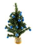 Plastikweihnachtsbaum mit blauen Kugeln Stockbilder