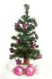 Plastikweihnachtsbaum mit purpurroten Sternen Stockbild