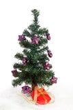 Plastikweihnachtsbaum mit purpurroten Sternen Lizenzfreie Stockfotografie