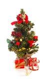Plastikweihnachtsbaum mit roten Geschenken Lizenzfreie Stockfotografie