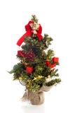 Plastikweihnachtsbaum mit roter Dekoration Lizenzfreies Stockfoto
