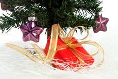 Plastikweihnachtsbaum mit Rotgeschenk Stockbild