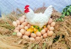 Plastikzahl des weißen Huhns, der Küken und der Eier Lizenzfreies Stockbild