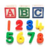 Plastikzahlen und Alphabet-Blöcke Stockfotos