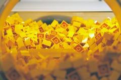 Plastikziegelstein-Spielzeug in der gelben Farbe Stockfotografie