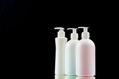 Plastikzufuhr mit Flüssigseife auf einem schwarzen Hintergrund lizenzfreie stockbilder