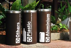 Plastique, aluminium et d'autres bacs de recyclage Photos libres de droits