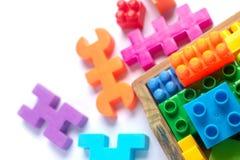 Plastique coloré de jouet sur le fond blanc Photos libres de droits