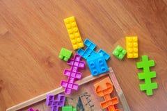 Plastique coloré de jouet sur le fond en bois de plancher Photographie stock libre de droits