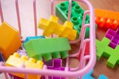 Plastique coloré de jouet sur le fond en bois de plancher Images stock