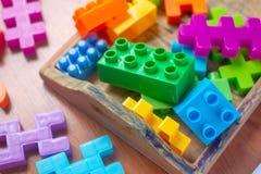 Plastique coloré de jouet sur le fond en bois de plancher Images libres de droits
