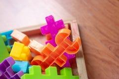 Plastique coloré de jouet sur le fond en bois de plancher Photo libre de droits
