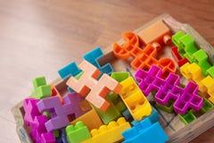 Plastique coloré de jouet sur le fond en bois de plancher Photo stock