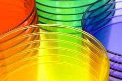plastique multi coloré de cuvettes Images stock