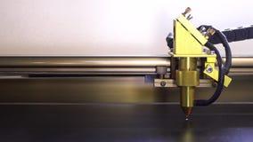 Plastique noir de coupe de machine de gravure de laser avec le laser rouge Fermez-vous vers le haut de la longueur banque de vidéos