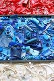 Plastique réutilisé en rouge, le blanc et le bleu Images stock