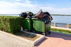 Plastique vert ouvert réutilisant des récipients avec des sacs de déchets images libres de droits