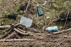 Plastiques et verre étant lavés sur les rivages écossais photographie stock