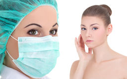 Plastische chirurgie - arts of beautitian in masker en mooie wom stock foto's