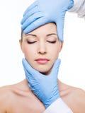 Plastische chirurgie wat betreft vrouwelijk gezicht Stock Foto