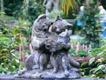 Plastische groep - de kattenfamilie van grijze steen in de tuin Royalty-vrije Stock Afbeelding
