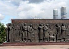 Plastische samenstelling-bas-hulp bij de voet van de monumenten` Arbeider en het Collectieve Landbouwbedrijfmeisje ` in Moskou royalty-vrije stock foto