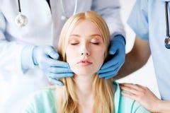Plastischer Chirurg oder Doktor mit Patienten stockbild