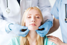 Plastischer Chirurg oder Doktor mit Patienten lizenzfreies stockfoto