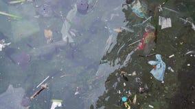 Plastpåsar och annan förorena avfalls som svävar i havet arkivfilmer