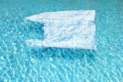 Plastpåse kasserad av i vatten Arkivbild