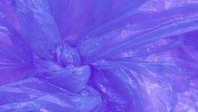Plastpåse med avfall utomhus Textur i vind stock video