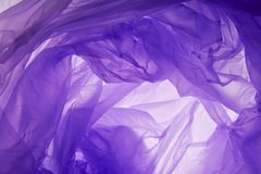 Plastp?sebakgrund Rynkig l?ttnad f?r modern konstgjord syntetisk lila f?rg Krabb grov skrynklig moderiktig aktivitetinpackning arkivbilder