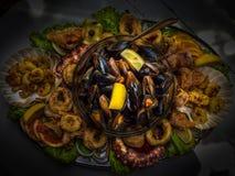 Platå med tioarmade bläckfisken, bläckfisken, musslor och räkor Arkivbilder