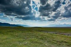 Platô em montanhas de Ketmen, Cazaquistão Imagem de Stock