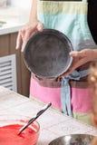 Plat à la maison de cuisson d'exposition de chef de pâtisserie pour faire cuire le gâteau Image libre de droits