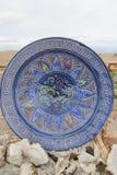 Plat antique bleu de souvenir et minerais en cristal Photographie stock libre de droits