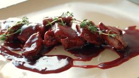 plat Aready-fait du chef d'un plat de viande avec de la sauce le repas gastronomique délicieux est donné dans un restaurant banque de vidéos