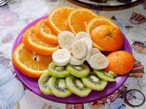 Plat avec beaucoup de fruits coupés en tranches Photographie stock