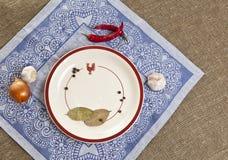 Plat avec des épices sur le fond de textile Image stock