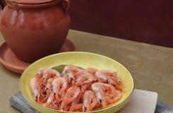 Plat avec des crevettes roses Image stock