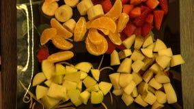 Plat avec des fruits d'une banane de fraise de mandarine et de pomme clips vidéos