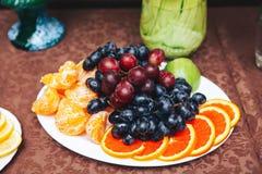 Plat avec des fruits et des baies Image libre de droits