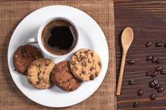 Plat avec du café et des biscuits images stock