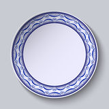 Plat avec l'ornement dans le style de gzhel de la peinture sur la porcelaine Modèle mince avec des fleurs sur le bord Images libres de droits